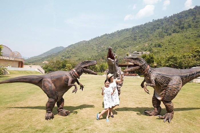 Show khủng long tại Khu du lịch Núi Thần Tài hấp dẫn trẻ em và người lớn. Ảnh: X.L