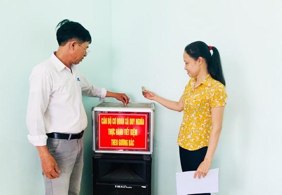 Đoàn viên Công đoàn xã Duy Nghĩa thực hành tiết kiệm giúp đỡ người có hoàn cảnh khó khăn. Ảnh: PHAN VINH