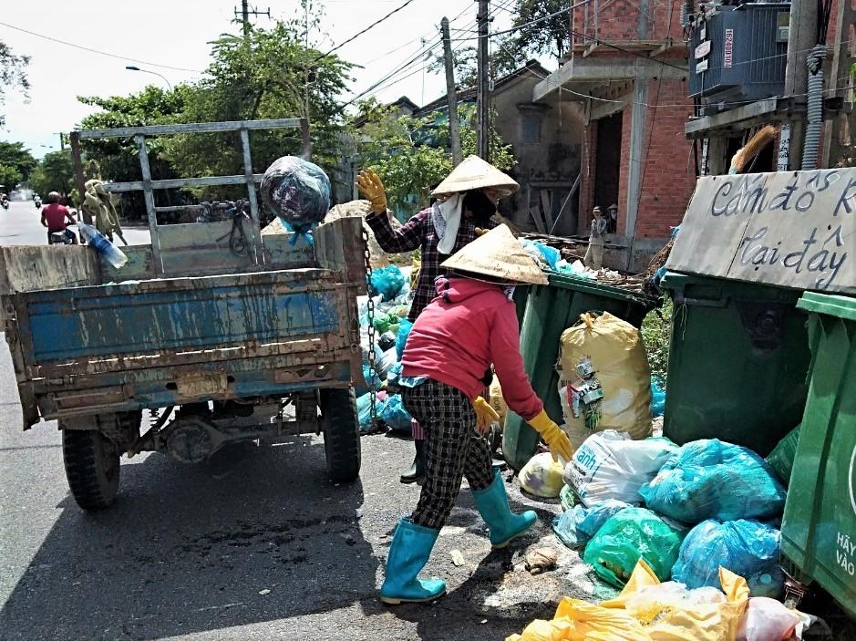 Thu gom rác thải ứ đọng trên tuyến ĐT615 đoạn qua xã Tam An: Ảnh: MỸ NHIÊN