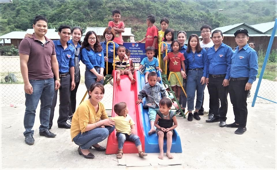 Trẻ em thôn K'Noon, xã A Xan thích thú với khu vui chơi do đoàn trao tặng. Ảnh: M.L