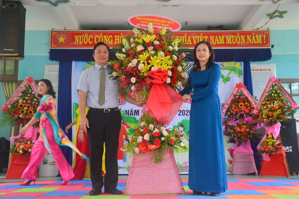 Phó Chủ tịch UBND tỉnh Lê Trí Thanh tặng lẵng hoa chúc mừng nhà trường nhân dịp năm học mới. Ảnh: Q.T