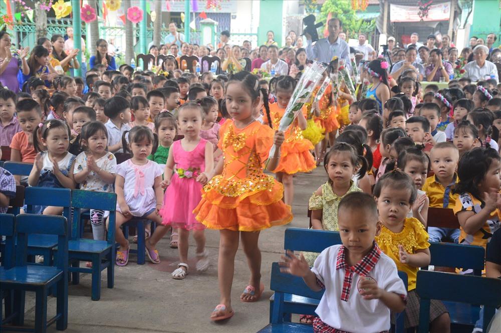 Học sinh lớp lớn cầm tay dắt các em lần đầu tiên đến trường. Ảnh: Q.T