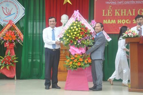 Bí thư Tỉnh ủy Phan Việt Cường (bìa trái) tặng lẵng hoa chúc mừng khai giảng Trường THPT chuyên Nguyễn Bỉnh Khiêm. Ảnh: X.P