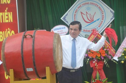 Bí thư Tỉnh ủy Phan Việt Cường đánh trống khai trường năm học mới 2019 - 2020. Ảnh: X.P