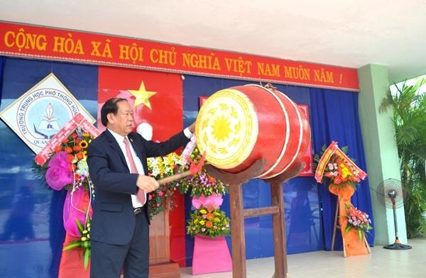 Chủ tịch UBND tỉnh Đinh Văn Thu đánh trống khai giảng năm học mới của Trường THPT Hùng Vương. Ảnh: QUANG VIỆT