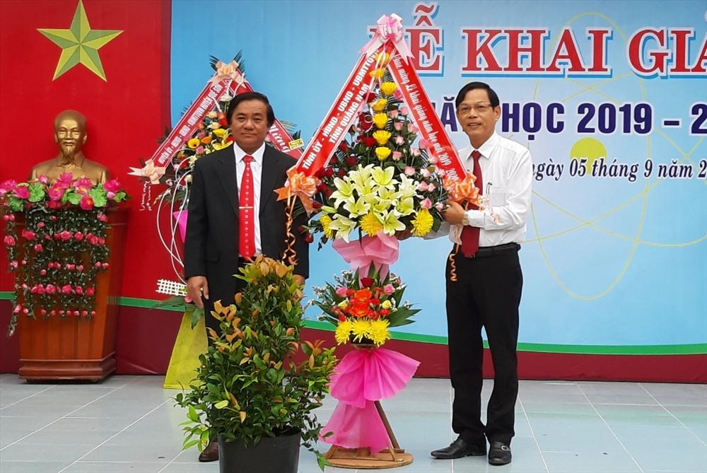 Trưởng ban Tổ chức Tỉnh ủy Nguyễn Chín (bìa phải) tặng hoa chúc mừng Trường THPT Nguyễn Văn Cừ. Ảnh: VĂN SỰ