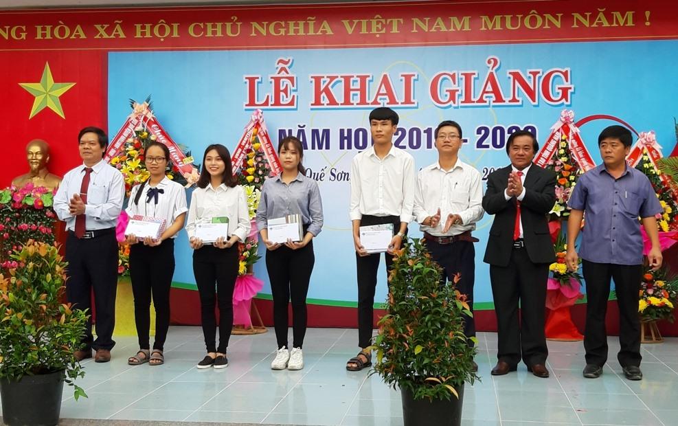Tuyên dương khen thưởng 4 học sinh đạt thành tích cao trong kỳ thi THPT quốc gia năm 2019. Ảnh: VĂN SỰ