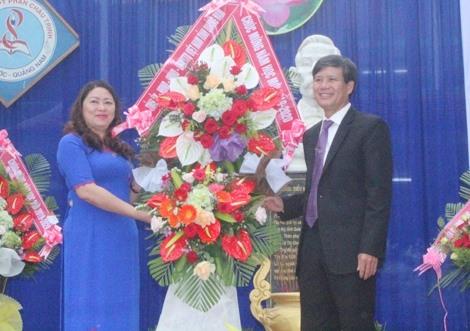 Trưởng ban Tuyên giáo Tỉnh ủy Nguyễn Thị Thu Lan tặng hoa chúc mừng Trường THPT Phan Châu Trinh. Ảnh: D.L