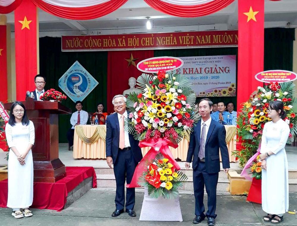 Phó Chủ tịch HĐND tỉnh Võ Hồng (bên phải) tặng lẵng hoa chúc mừng Trường THPT Nguyễn Duy Hiệu. Ảnh: H.C