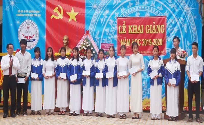 Lãnh đạo Sở Nội vụ đến dự lễ khai giảng và trao học bổng tại Trường THPT Bắc Trà My. Ảnh: T.V
