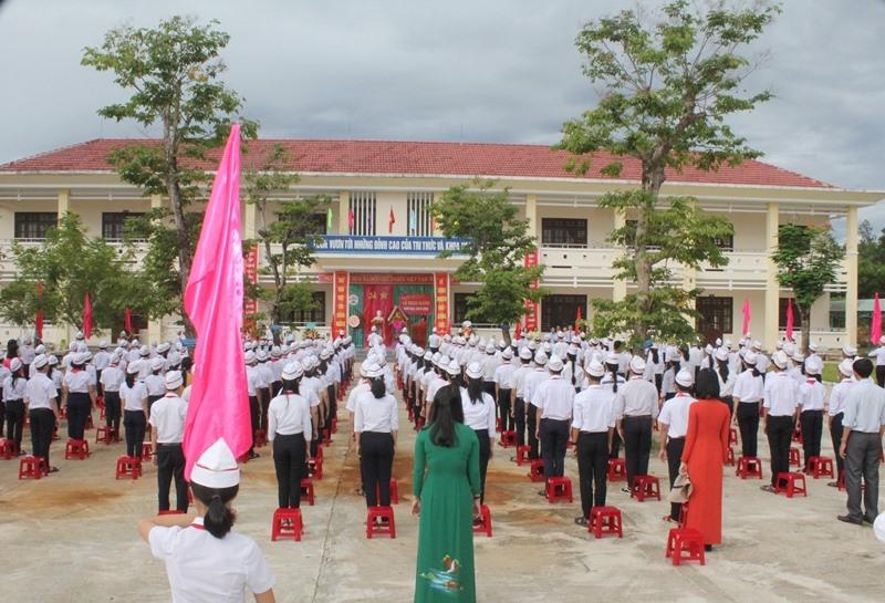 Thầy và trò Trường THCS Lê Quý Đôn dự lễ khai giảng. Ảnh: H.C