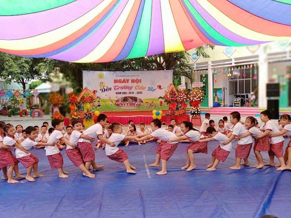 Học sinh Trường Mẫu giáo Hương Sen (Tam Kỳ) chơi trò chơi dân gian sau lễ khai giảng năm học 2019 - 2020. Ảnh: H.N
