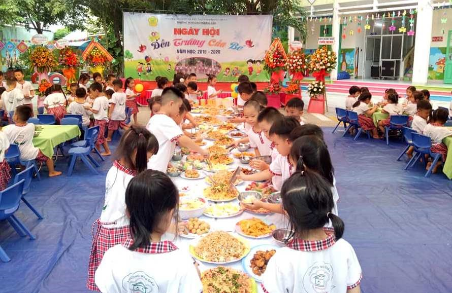 Trường Mẫu giáo Hương Sen còn tổ chức tiệc buffet cho trẻ. Ảnh: H.N