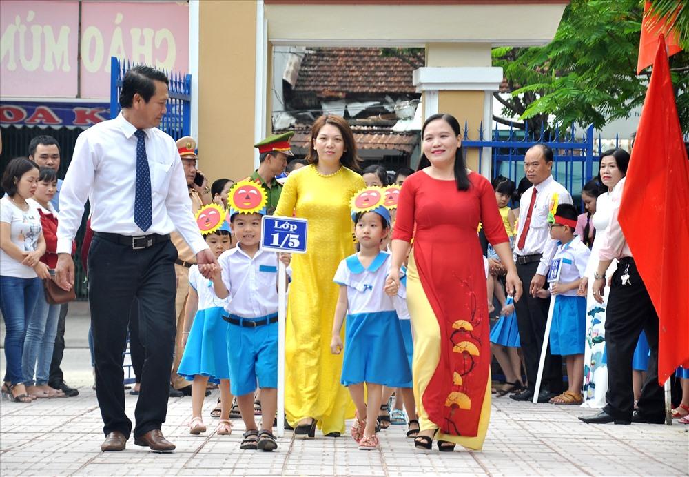 Hơn 200 học sinh lớp 1 Trường Tiểu học Trần Quốc Toản được các đại biểu tận tay dẫn vào trường dự lễ khai giảng năm học mới. Ảnh: V.ANH