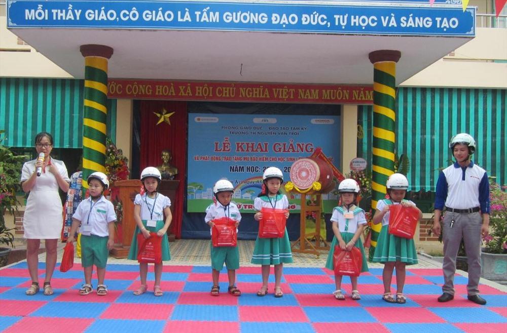 Công ty Honda Quốc Tiến 2 Tam Kỳ đội MBH cho đại diện học sinh lớp 1 Trường Tiểu học Nguyễn Văn Trỗi. Ảnh: C.N