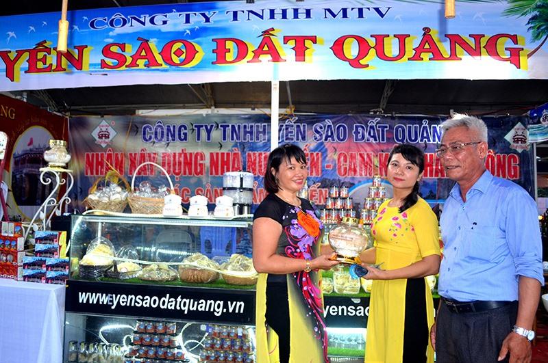 Sản phẩm chất lượng của doanh nghiệp ở huyện Thăng Bình tham gia hội chợ. Ảnh: QUANG VIỆT
