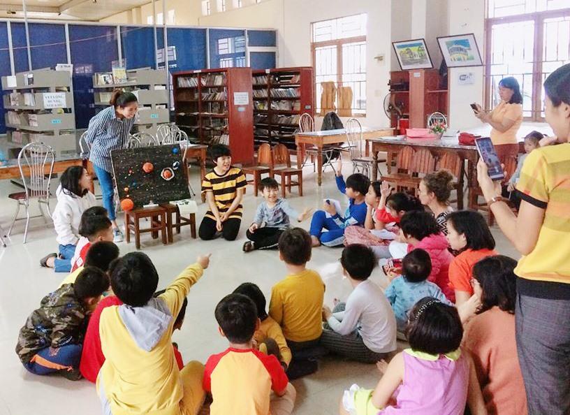 TFV đọc sách và tổ chức trò chơi cho thiếu nhi tại Thư viện Tam Kỳ. Ảnh: C.N