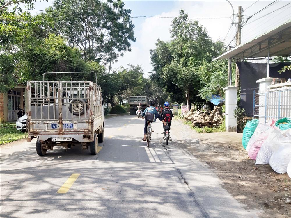 Học sinh đi xe đạp kéo nhau trên quốc lộ 40B đoạn qua xã Tam Dân (Phú Ninh) sau giờ tan trường rất nguy hiểm. Ảnh: THANH THẮNG