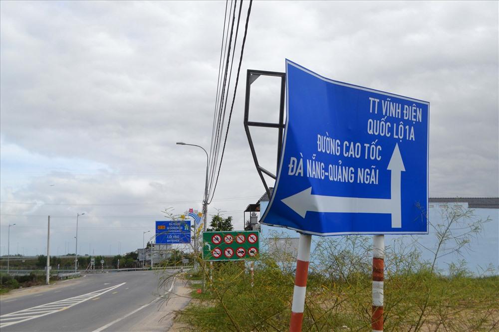 Biển báo khu vực nút giao Phong Thử (Điện Bàn) của cao tốc Đà Nẵng - Quảng Ngãi bị hư hỏng nhiều tháng qua nhưng chưa được sửa chữa. Ảnh: K.K