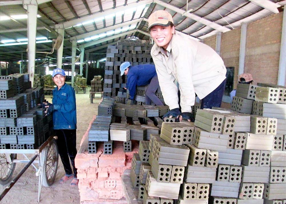 Hàng trăm lao động nông thôn ở xã Quế Cường có việc làm ổn định tại các nhà máy, xí nghiệp đóng chân trên địa bàn. Ảnh: VĂN SỰ