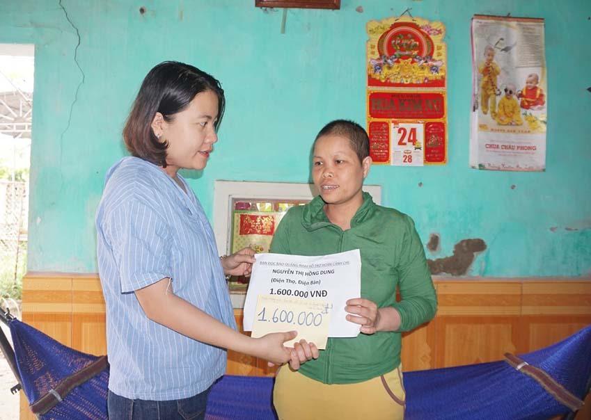 CTV N.Trang trao tiền của bạn đọc Báo Quảng Nam đến với trường hợp khó khăn đăng mục địa chỉ từ thiện của báo trong năm qua. Ảnh: L.N