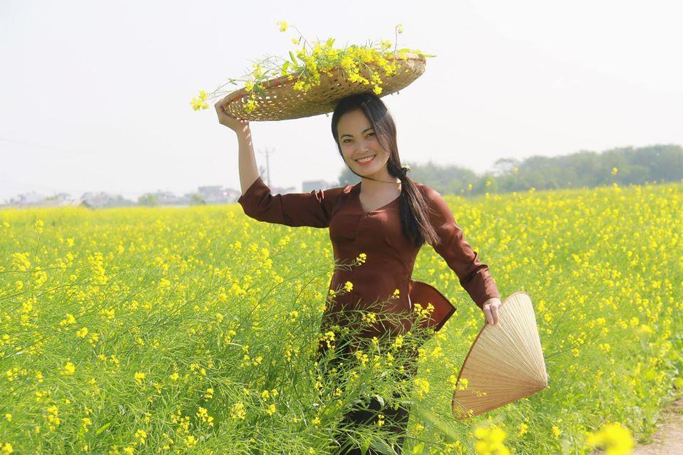Thiếu nữ và hoa cải (ảnh minh họa). Ảnh: Lê Văn Huân