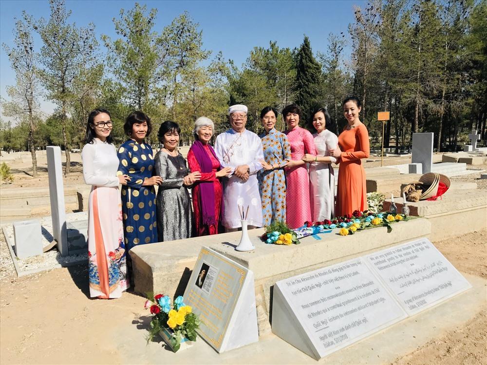 GS. Nguyễn Đăng Hưng (đứng giữa) tại lễ đặt bia tri ân ở phần mộ của Giáo sĩ Alexandre de Rhodes ở Isfahan (Iran). Ảnh: Kim Liên