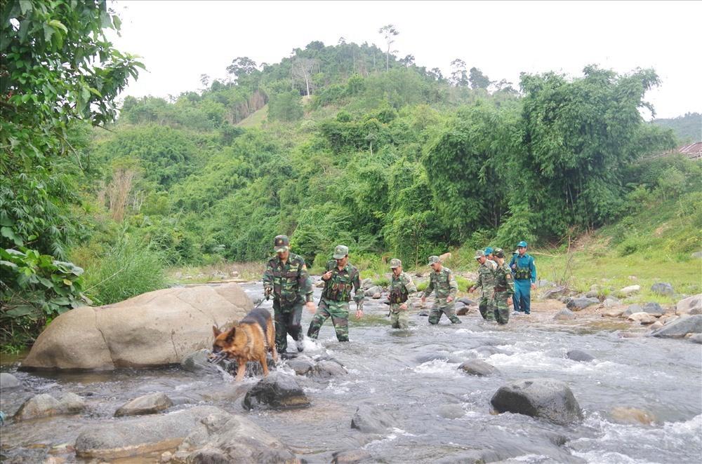 Các chiến sĩ Đồn Biên phòng cửa khẩu Nam Giang phối hợp với lực lượng địa phương tuần tra bảo vệ biên giới.