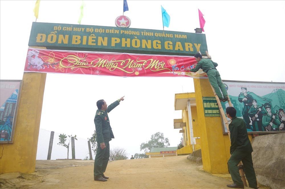 Cán bộ, chiến sĩ Đồn Biên phòng Ga Ry, huyện Tây Giang sửa sang trang trí lại cảnh quan đơn vị để chuẩn bị đón Tết.