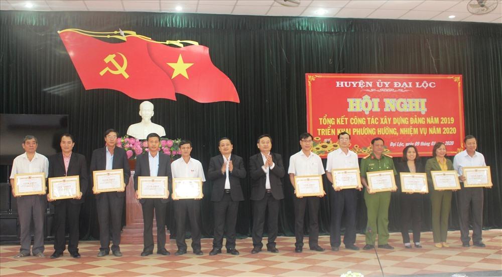 Khen thưởng các tổ chức cơ sở đảng và đảng viên hoàn thành xuất sắc nhiệm vụ năm 2019. Ảnh: H.LIÊN