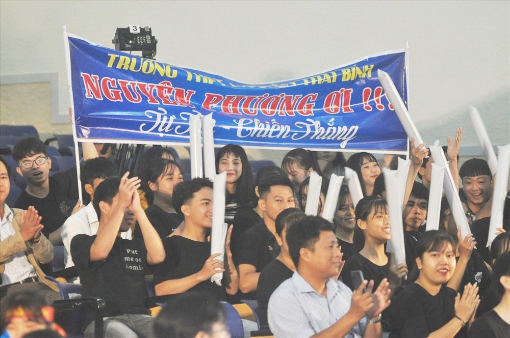 Đông đảo bạn bè và thầy cô Trường THPT Nguyễn Thái Bình mang theo tấm băng rôn cổ vũ cho Phan Nguyễn Phương. Ảnh: X.P