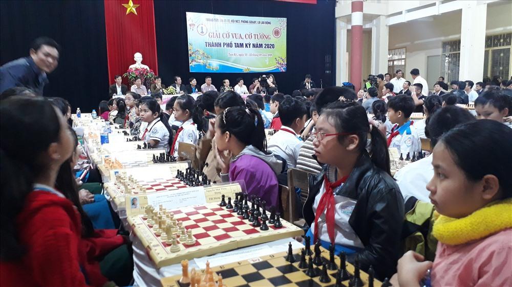 Các em học sinh thi đấu cờ vua. Ảnh: T.V