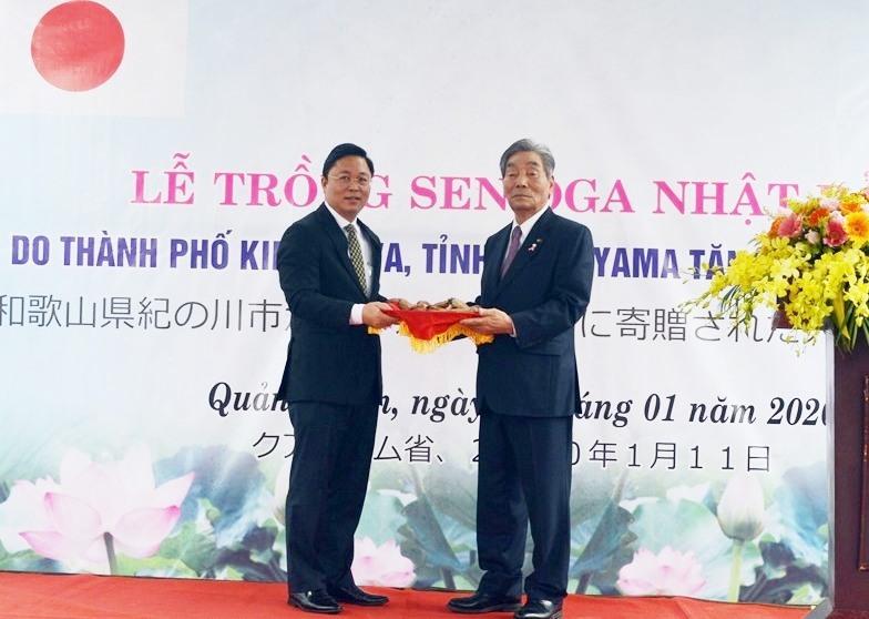 Trao tặng sen giống giữa TP.Kinokawa và tỉnh Quảng Nam