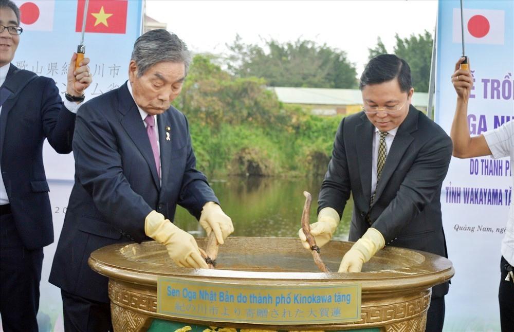 Lãnh đạo 2 tỉnh Quảng Nam và TP.Kinokawa tiến hành nghi thức giâm sen cổ Oga