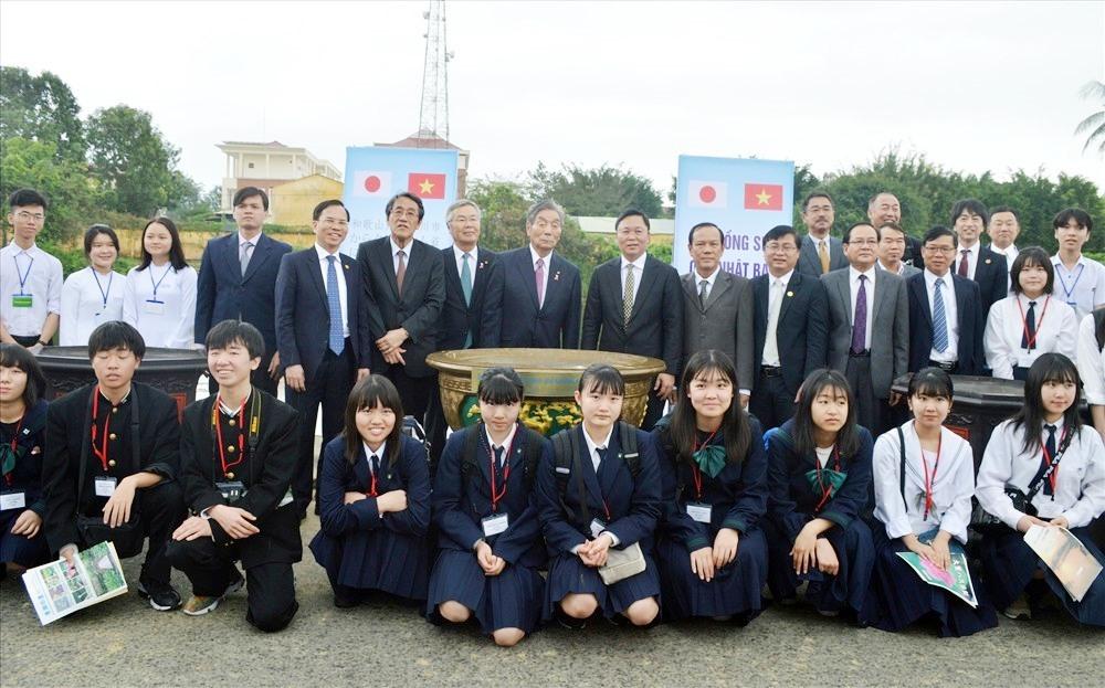 Trao tặng giống sen cổ Oga là một trong các hoạt động của đoàn đại biểu TP.Kinokawa trong chuyến thăm và làm việc của Tổng Thư ký đảng Dân chủ tự do Nhật Bản Nikai tại Quảng Nam