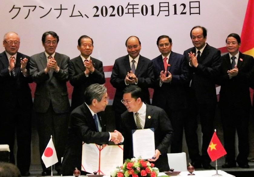 Thủ tướng Nguyễn Xuân Phúc chứng kiến lễ ký kết biên bản hợp tác giữa tỉnh Quảng Nam và TP.Kinokawa. Ảnh: LỘC TUẤN