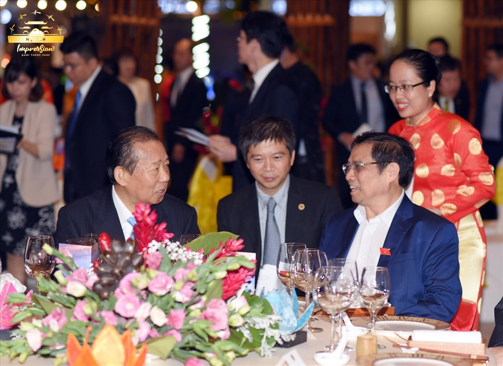 Ông Nikai Toshihiro và Ông Phạm Minh Chính đều bày tỏ sự hài lòng và thịch thú khi đến thăm Công viên Văn hóa Ấn tượng Hội An và xem show diễn Ký Ức Hội An