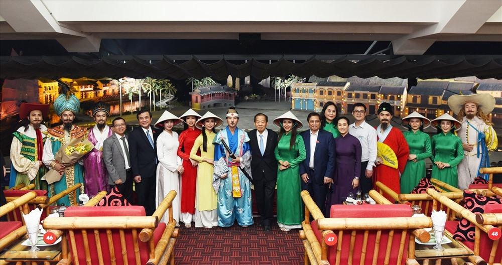 Ông Nikai Toshihiro và Ông Phạm Minh Chính chụp ảnh lưu niệm với đại diện công viên Ấn tượng Hội An, diễn viên show diễn Ký Ức Hội An