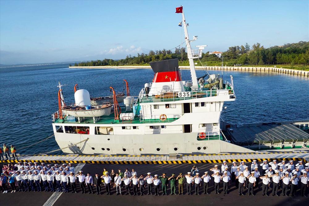 Nghi thức chào trước khi tàu rời cảng. Ảnh: QUANG LIÊM