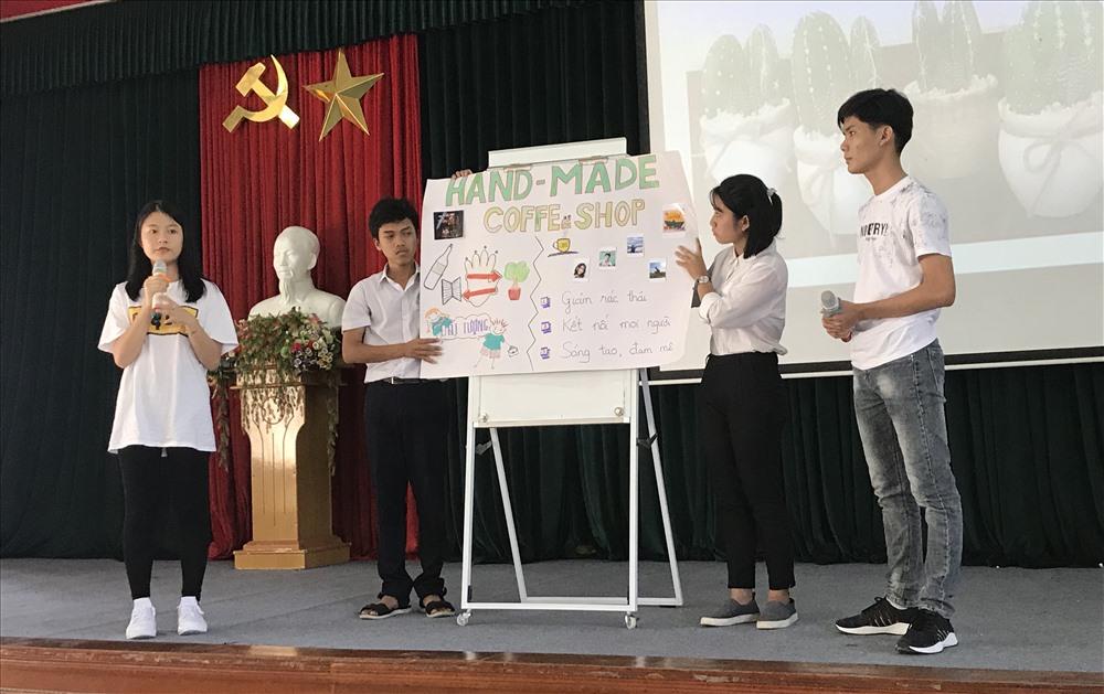 Học sinh thuyết trình ý tưởng dự thi trong khuôn khổ ngày hội giáo dục khởi nghiệp. Ảnh: C.N