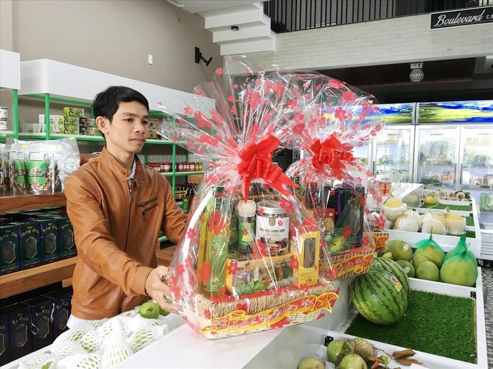 Anh Đặng Văn Huynh (chủ siêu thị nông sản sạch Bio Qna, đường Điện Biên Phủ, TP. Tam Kỳ) đang chuẩn bị giỏ quà tết cho khách hàng. Ảnh: KL