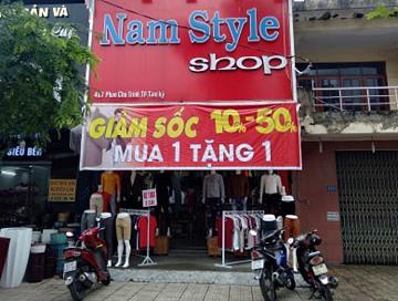 Một cửa hàng bán quần áo thực hiện chương trình khuyến mãi. Ảnh: N.Q