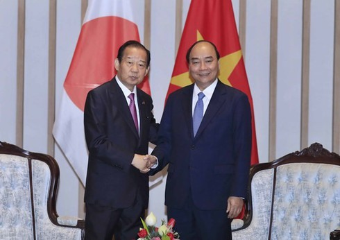 PM Nguyen Xuan Phuc (R) and LDP Secretary-General Nikai Toshihiro, who also chairs the Japan-Vietnam Friendship Parliamentary Alliance at the meeting in Hoi An on January 12 (Photo: VNA)