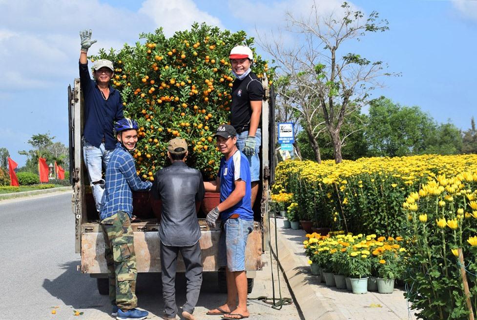 Dọc tuyến đường 129 (qua huyện Duy Xuyên) cũng rất đông người dân bày bán hoa tết. Ảnh: THANH THẮNG