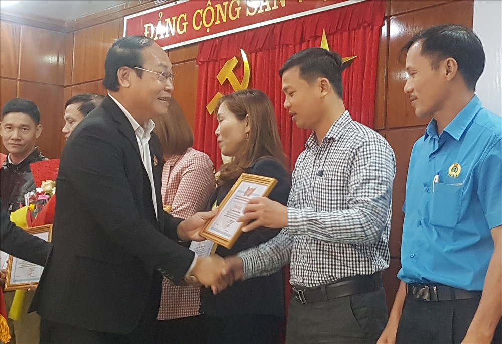 Đồng chí Võ Xuân Ca trao bằng khen tuyên dương của LĐLĐ tỉnh cho các đồng chí cấp ủy viên là cán bộ công đoàn cơ sở. Ảnh: D.L