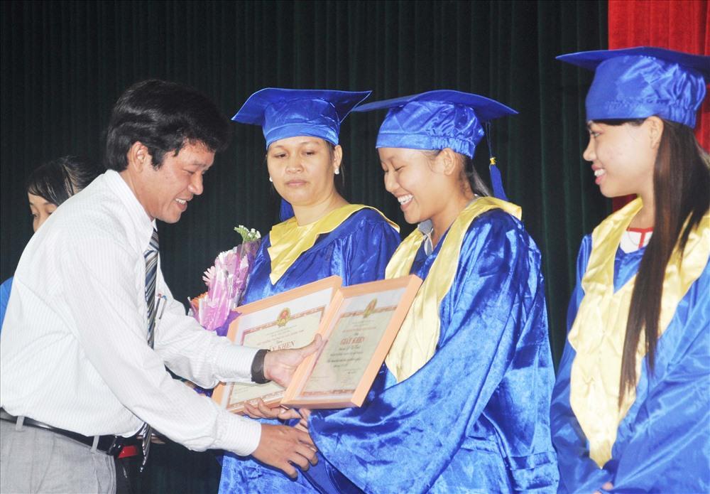 Trường Đại học Quảng Nam trao bằng tốt nghiệp cho sinh viên chính quy. Ảnh: X.P