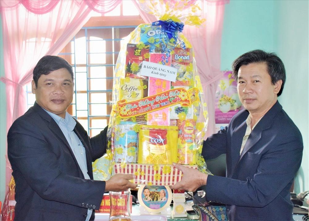 Ông Nguyễn Văn Dũng - Chủ tịch Công đoàn Báo Quảng Nam trao quà cho UBND xã Trà Kót (huyện Bắc Trà My). Ảnh: THANH THẮNG