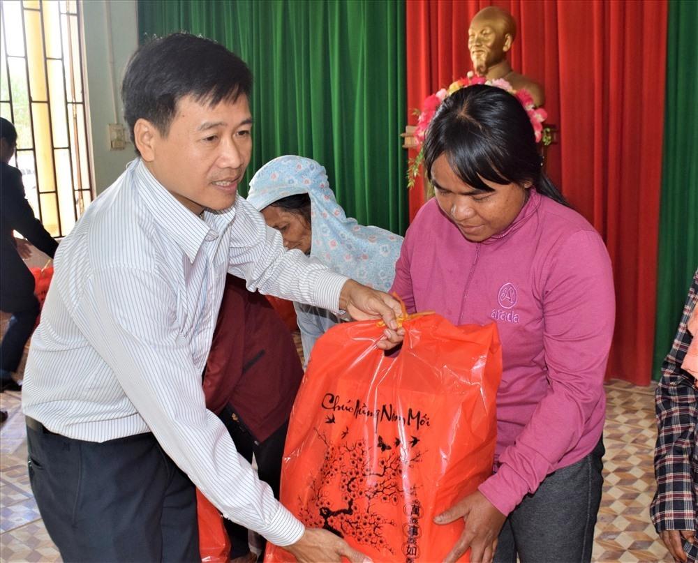 Đại diện Báo Quảng Nam trao quà tết cho người dân. Ảnh: THANH THẮNG