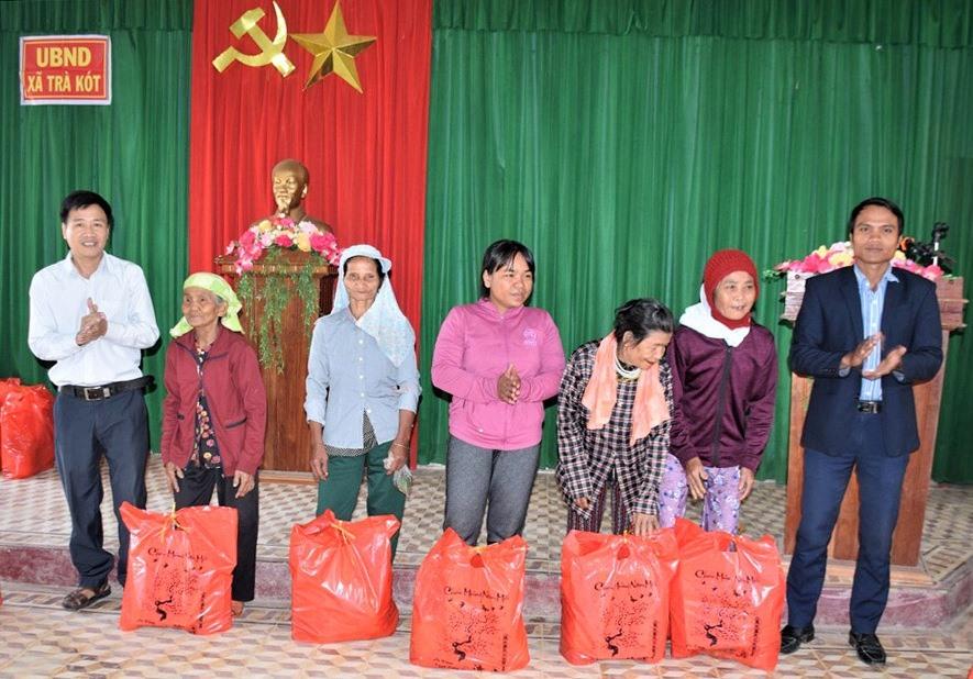 Báo Quảng Nam trao 30 suất quà tết cho người dân thuộc diện gia đình chính sách ở xã Trà Kót. Ảnh: THANH THẮNG
