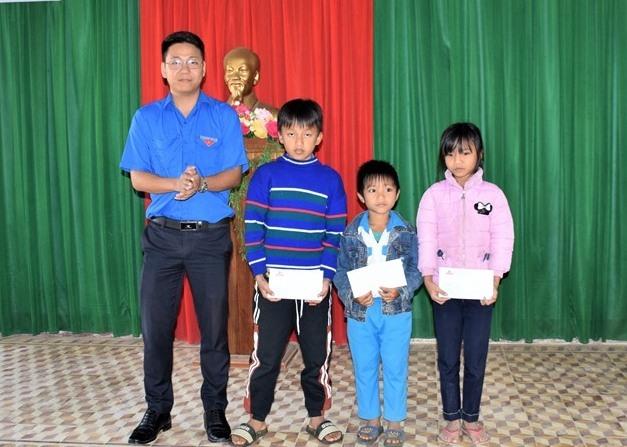 Đại diện Chi đoàn Báo Quảng Nam trao quà những suất quà cho học sinh nghèo vượt khó. Ảnh: THANH THẮNG